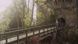 Standbild Musikvideo Mein Krefeld, Sängerin vor der Burg Linn